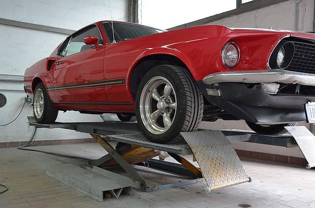 Mustang auf Hebebühne