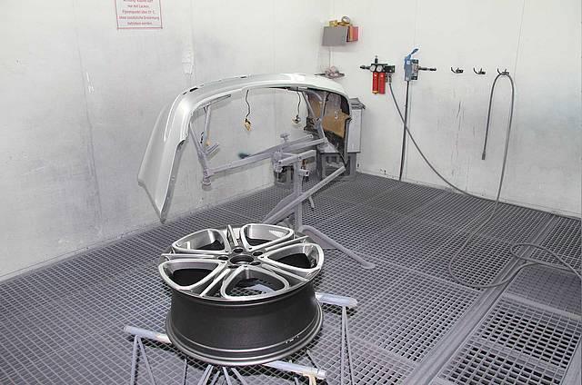 Frisch lackierte Felge und andere Autoteile